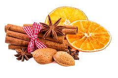 weihnachten-würzt-zimt-anis-nelke-mandelnüsse-und-getrocknete-orange-scheiben-70778018_1587892302.jpg